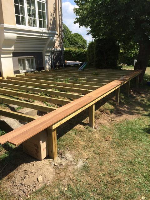 Ny stor terrasse med trappetrin hele vejen rundt